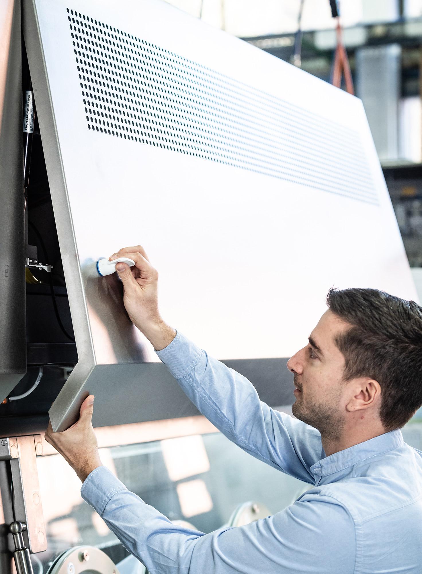 SKAN Mitarbeiter prüft einen Isolator