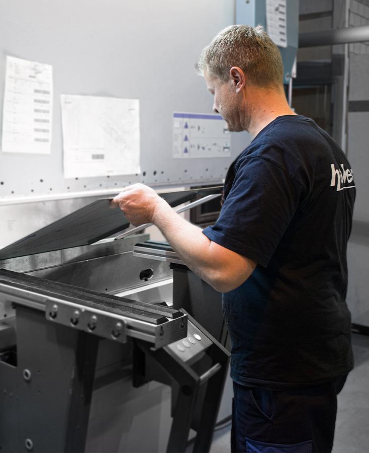Mitarbeiter an einer Maschine