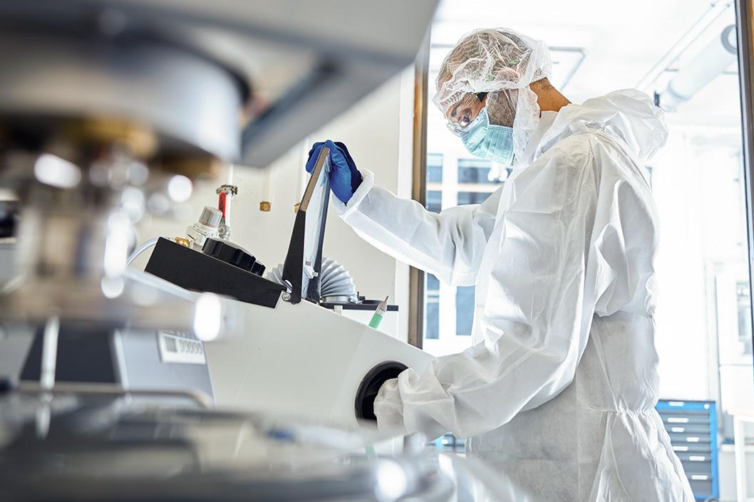 Laborant im Schutzanzug arbeitet im Labor