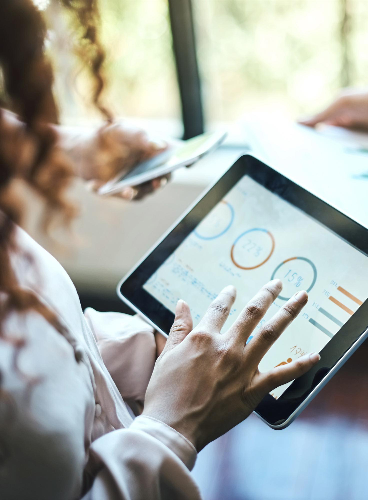 Eine Frau nutzt das Data Management System über ein iPad