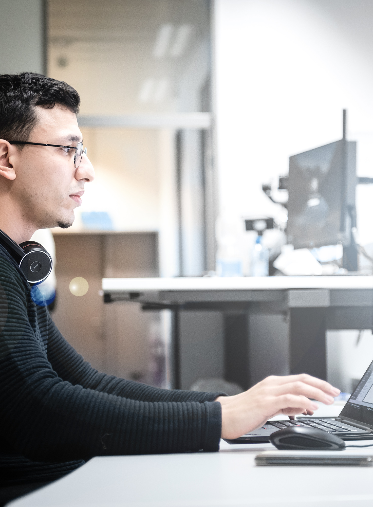 Mitarbeiter aus der IT arbeitet am Rechner