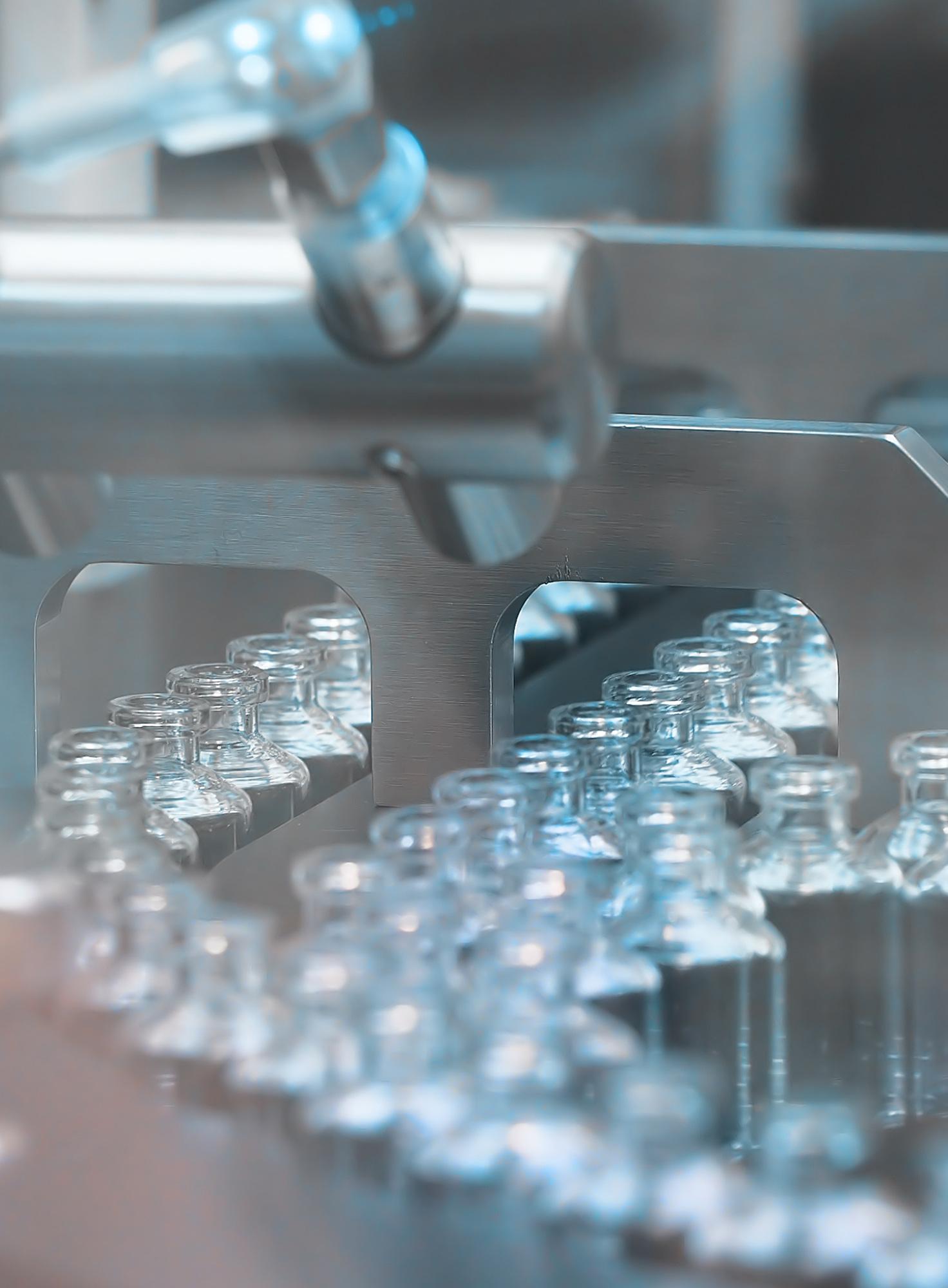 Glasfläschchen werden durch eine Anlage geschleust